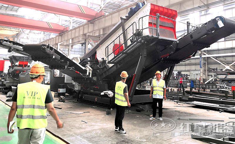 客户来厂参观红星流动石料破碎机车间现货