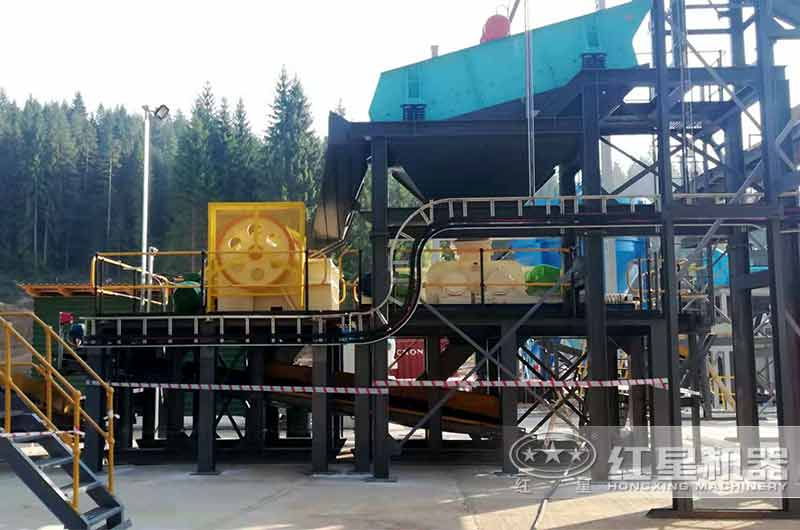干煤块用颚式破碎机处理环保现场