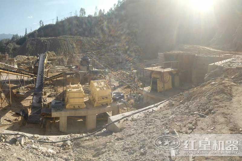一套完整的时产300吨的人工砂石生产线正在安装中