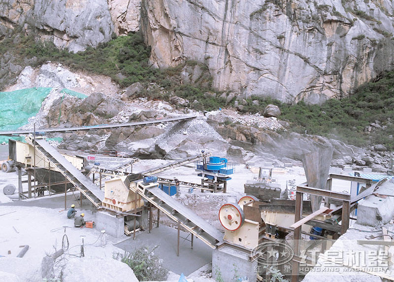 时产200吨石头加工成沙子现场