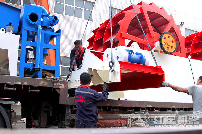 红星师傅正在为客户的洗砂设备装车准备发货