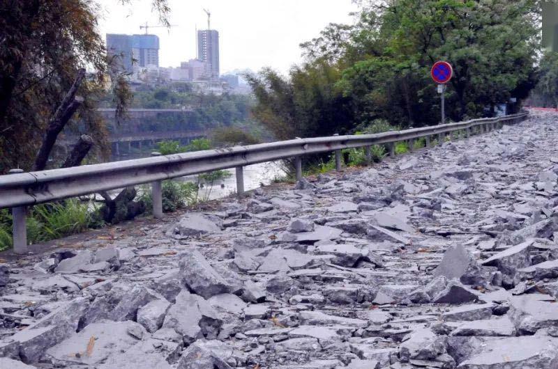 拆除的固体沥青路面