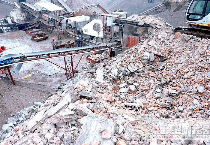 移动破碎机处理水泥块施工现场