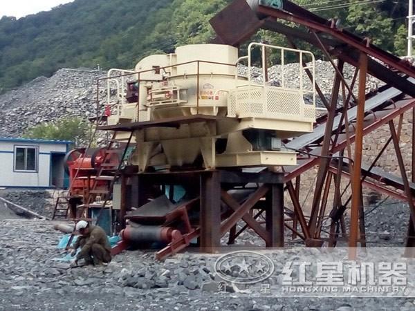 青石、煤矸石一小时300吨破碎设备现场作业图