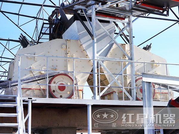 时产200吨河卵石破裂机碎石机现场图