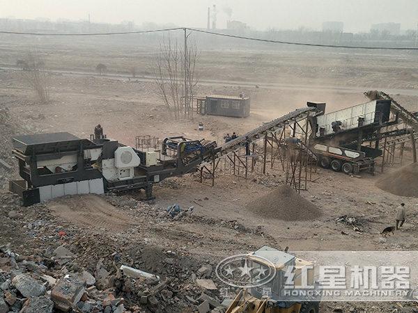 时产80-100吨移动破碎机现场作业图