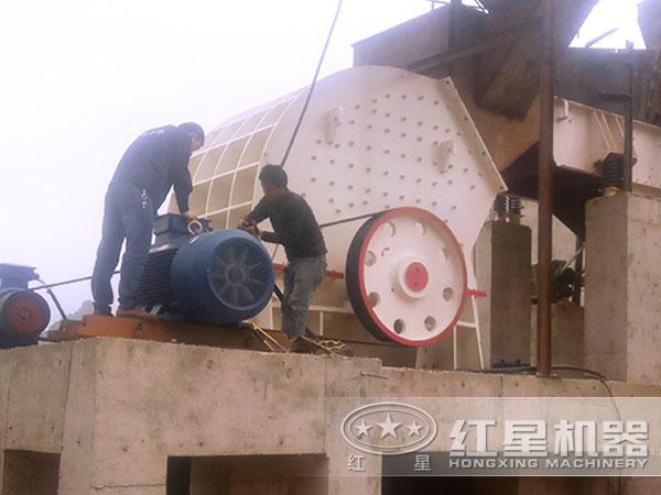 新型玄武岩PCΦ400×300锤式破碎机现场图