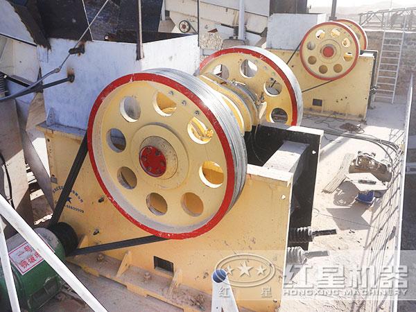 1500吨/时石头嗑石机_碎石机现场作业