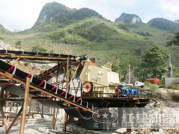 时产100吨石块碎石机作业现场
