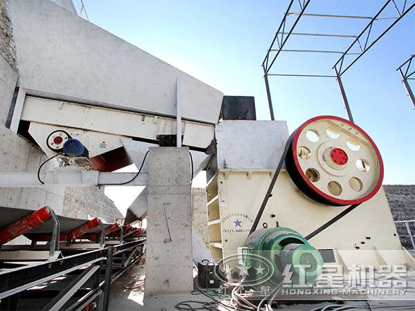 时产30吨400*600石头破碎机现场作业图