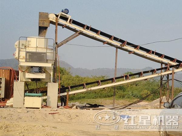 河卵石制砂机现场作业图