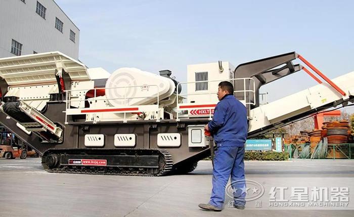 技术人员用遥控操作大型一体式碎石设备