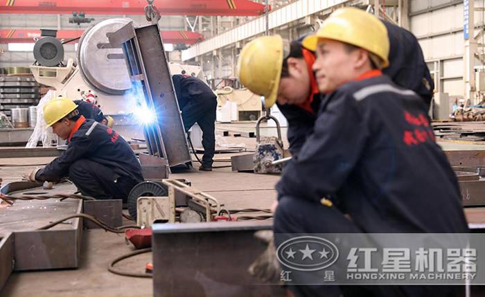 专业的工人生产设备