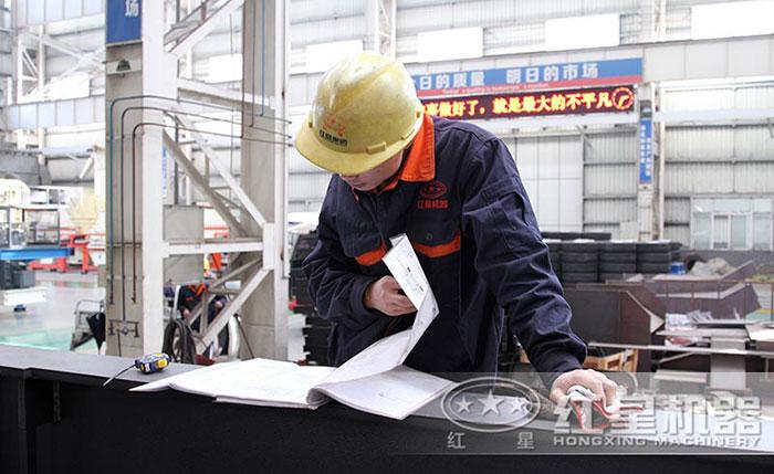 红星技术工人严格按照图纸生产