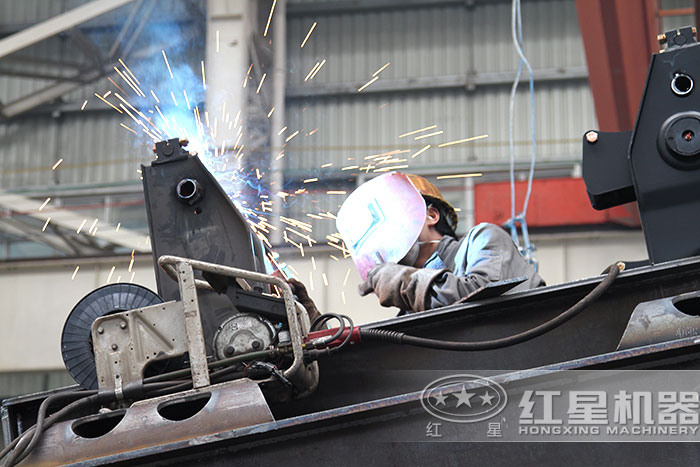红星履带式移动破碎站技术工人正在焊接