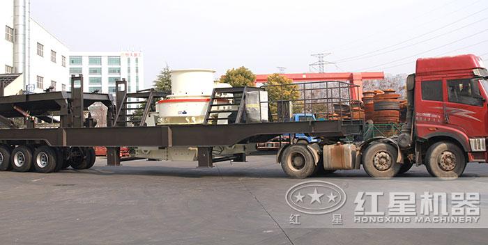 大型磨砂一体机车头牵引开到施工现场
