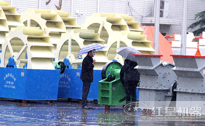 客户冒雨参观选购大型洗砂机