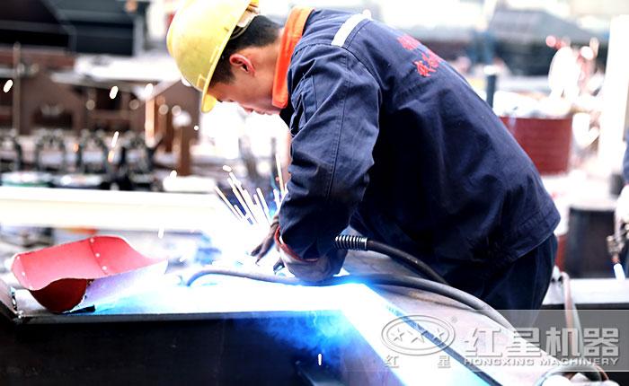 红星技术工人车间焊接作业中