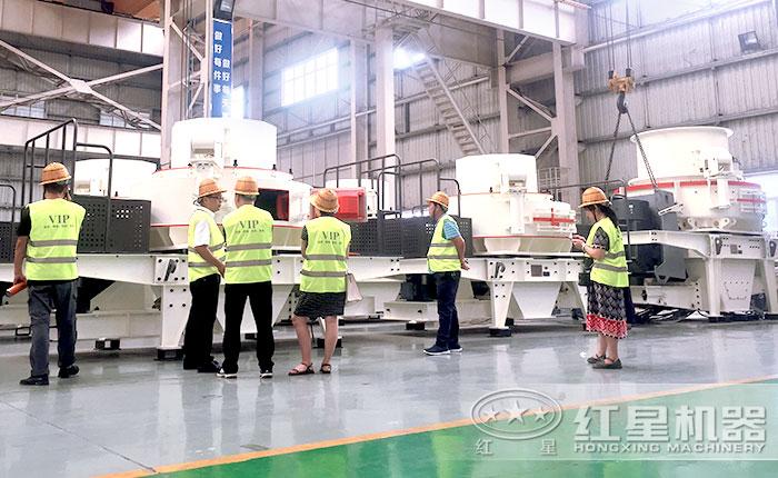 客户参观制砂机生产车间