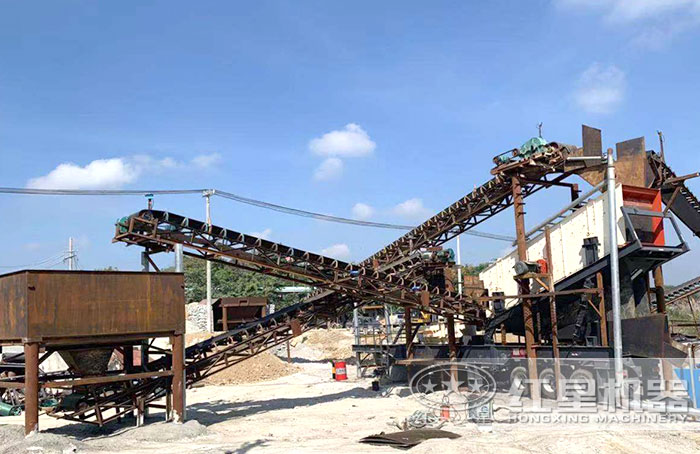大型移动式破碎机搭载制砂机作业现场