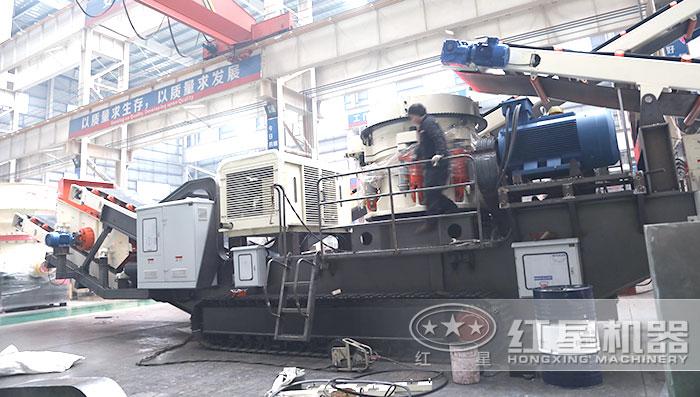红星履带移动式砂石粉碎机车间安装中