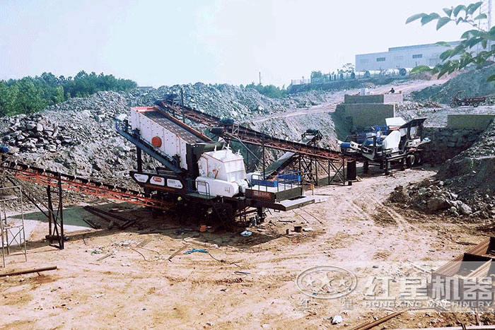 汽车式流动破碎机_汽车移动破碎设备施工现场