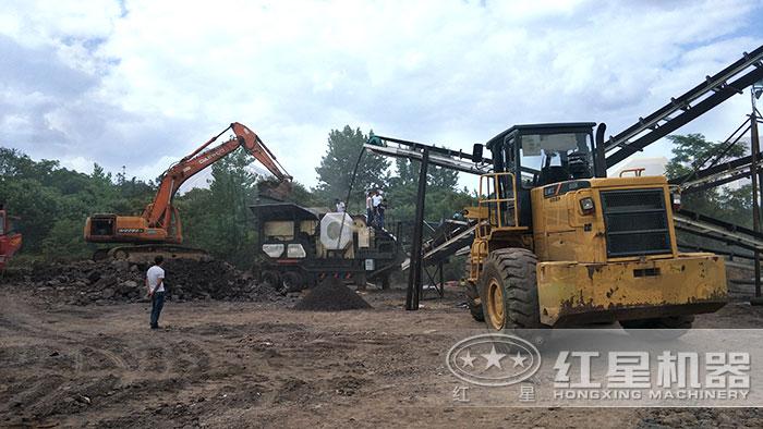 移动碎煤机搭载颚式破碎机生产作业现场