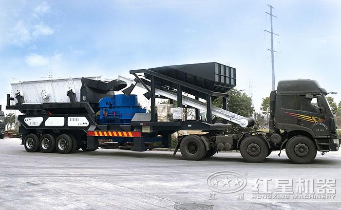 小型移动一体式制砂机车头牵引下开着走