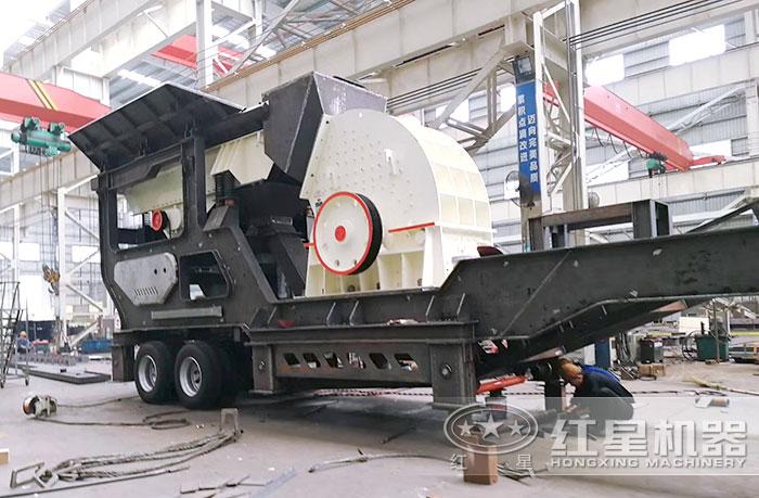 大型移动沙石粉碎机车间
