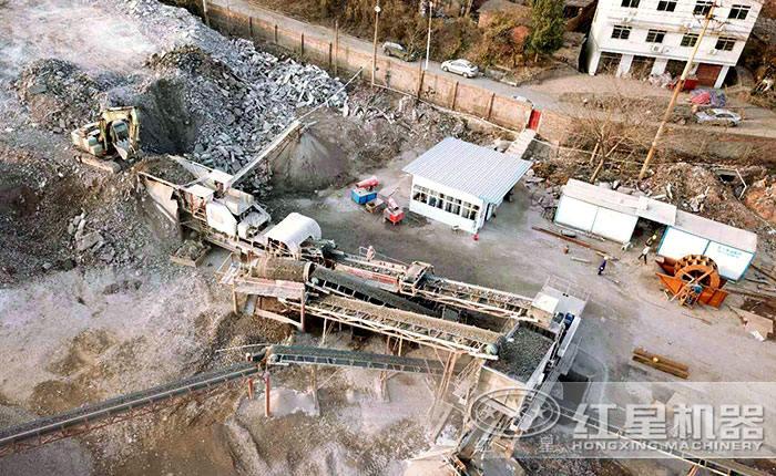 可移动石子破碎机双机合作破碎建筑垃圾现场俯视图