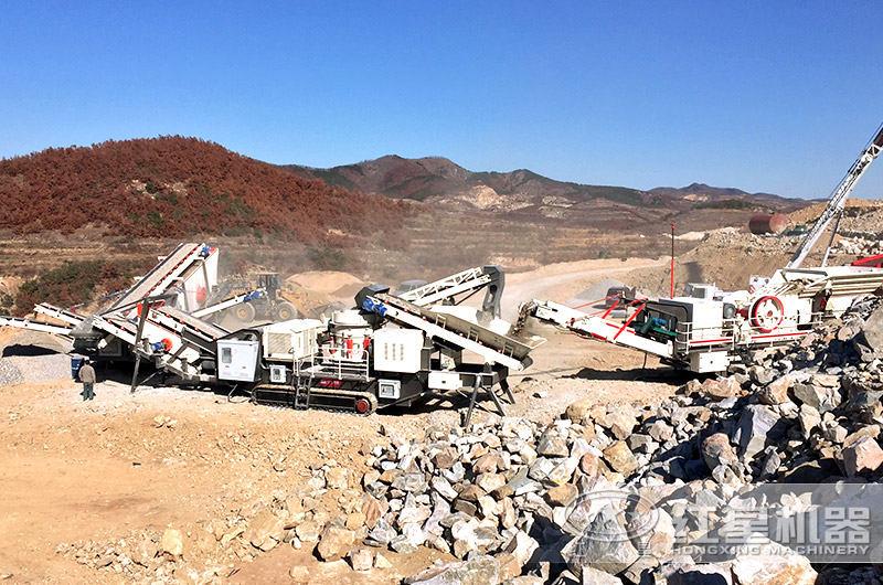 搭载圆锥破碎机的履带式可移动石子机作业现场